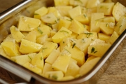 Cartofi la cuptor cu usturoi si rozmarin