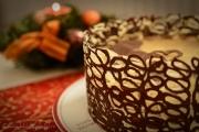 tort cu mousse de ciocolata si cafea ornat cu dantela de ciocolata