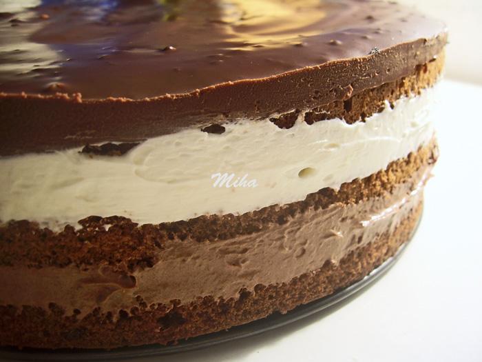 Tort cu ciocolata si piscoturi cu glazura de ciocolata
