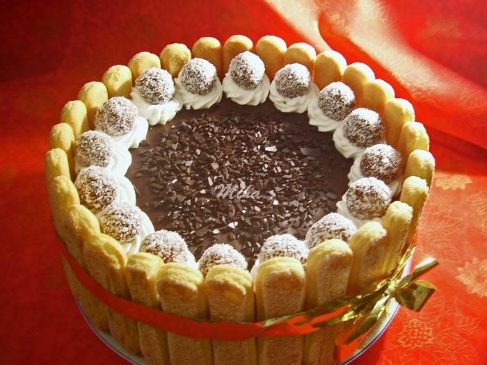 tort cu ciocolata ornat cu piscoturi si bomboane de ciocolata de casa