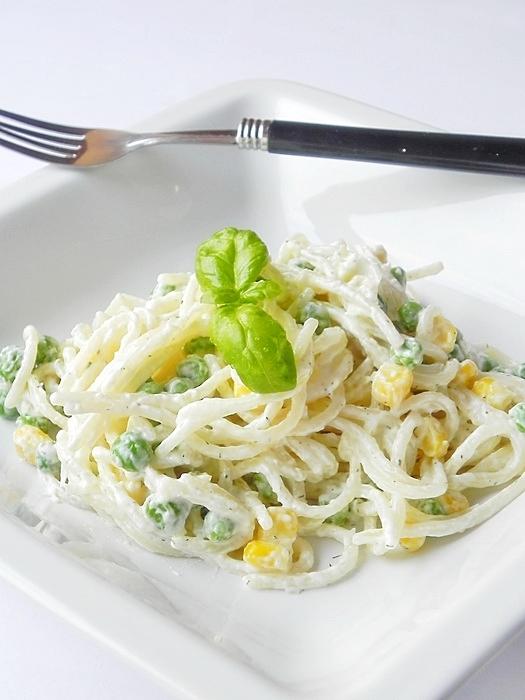 Paste cu legume si sos de usturoi