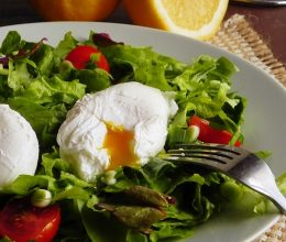 Salata de primavara cu oua romanesti