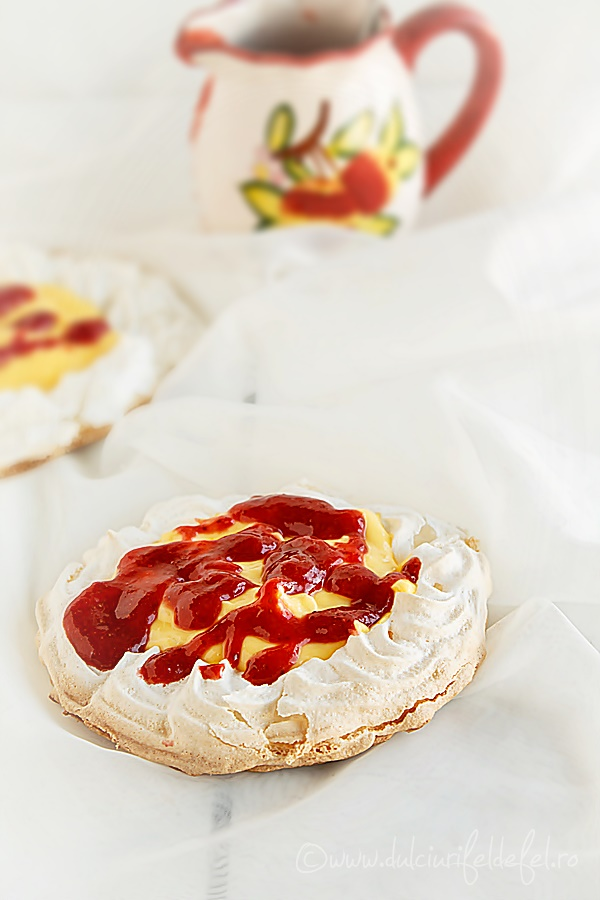 Cosulete de bezea cu crema de vanilie si sos de capsuni