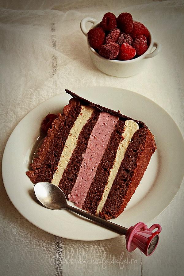 Felie de tort cu mousse de zmeura si crema de ciocolata