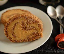 Rulada cu blat de nuca si crema de caramel