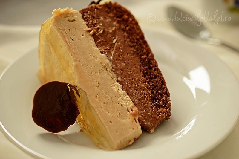 Felie de tort cu mousse de ciocolata si jeleu de sampanie