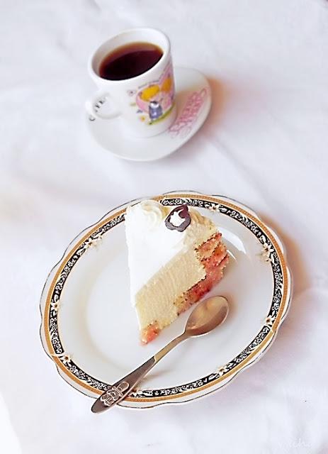 Tort cu crema mascarpone si rulada cu gem