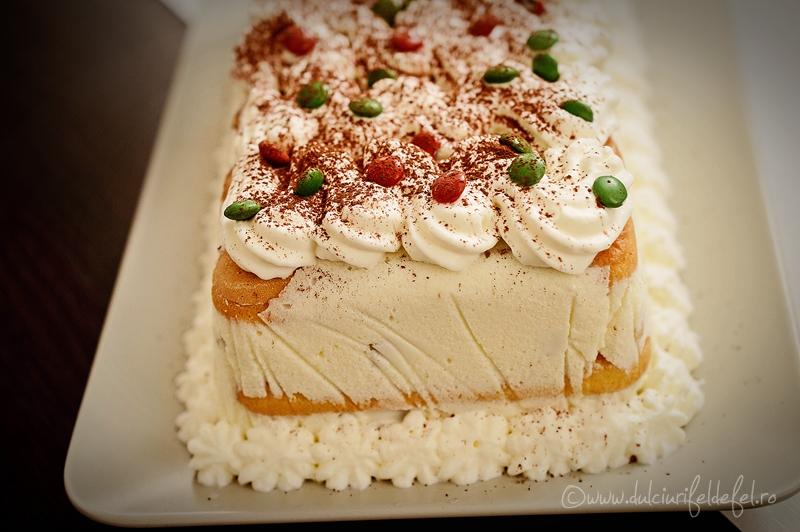 Prajitura cu crema de iaurt si fructe